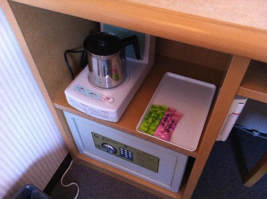 Toyoko Inn Haneda Airport 2: safebox and little boiler