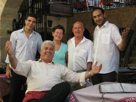 Archodiko Dimitris Tavern: Photos avec Dimitris et son personnel