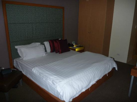 Greenhills Elan Hotel Modern: My bed, nice and comfy