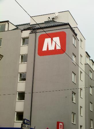 MEININGER Hotel Wien Hauptbahnhof: Outside building of Meininger