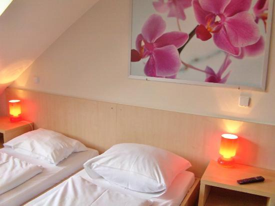 MEININGER Hotel Wien Hauptbahnhof: Trendy room, great value for price!