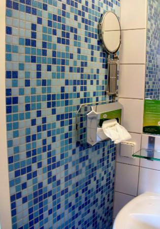 MEININGER Hotel Wien Hauptbahnhof: Very clean but simple bathroom