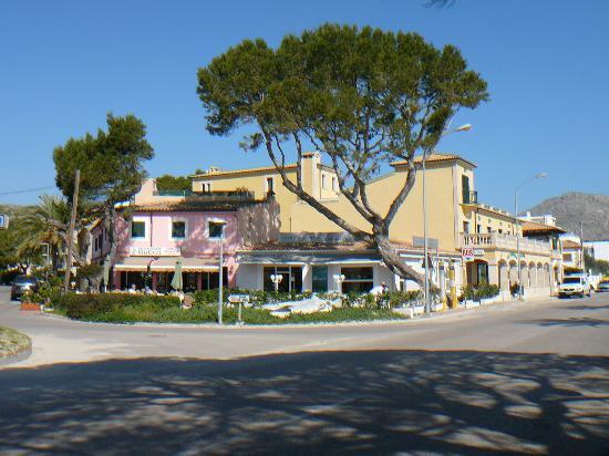 Aparthotel Galeon Suites: Hotel von der Uferstraße aus gesehen mit benachbarten Restaurants