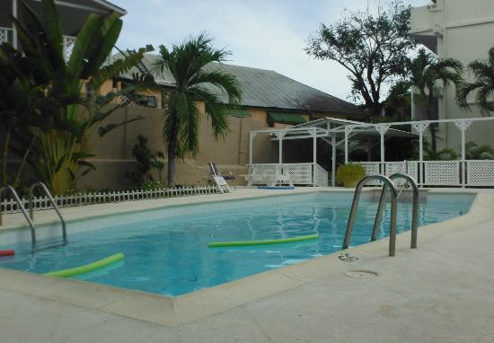 Southern Surf Beach Apartments: Pool area