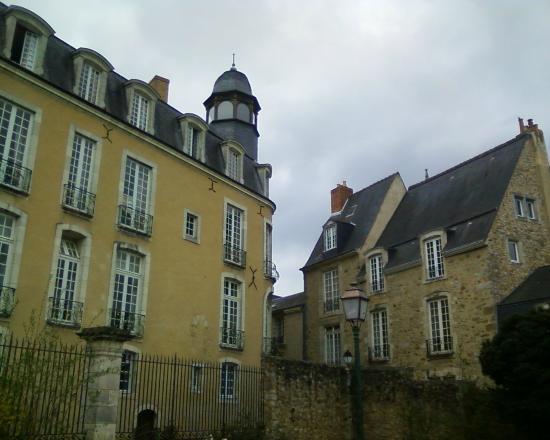 Entre Cours et Jardins - Cité Plantagenêt: Bâtisses d'un autre temps...
