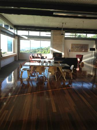 The Bunyip Scenic Rim Resort: The dining and living area. Fire place and HD projector available.