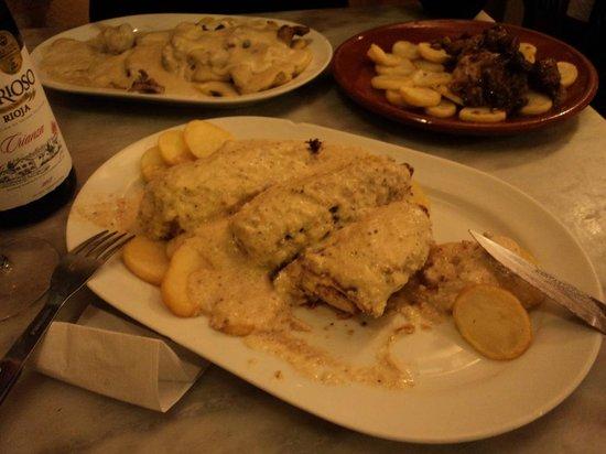 Taberna Coloniales II: 1/ racion pollo alle mandorle, 1/2 filetto al roquefort, 1 tapa di filetto al whisky