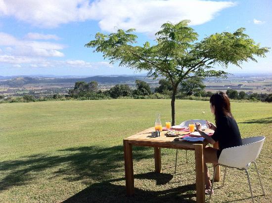 The Bunyip Scenic Rim Resort: Breakfast in the open