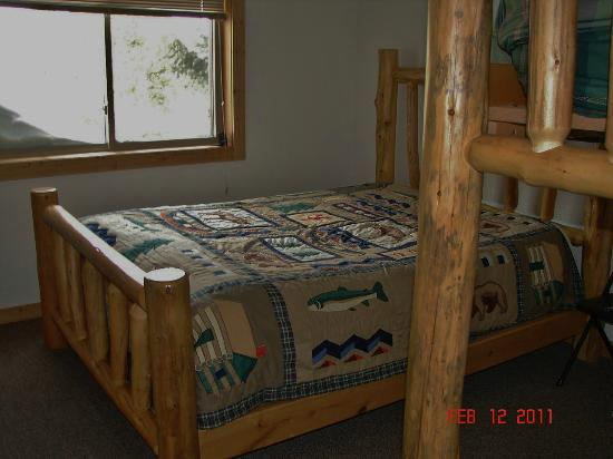 Pine Shadows Motel: ONE OF THE BEDROOMS-QUEEN BED & BUNK BEDS