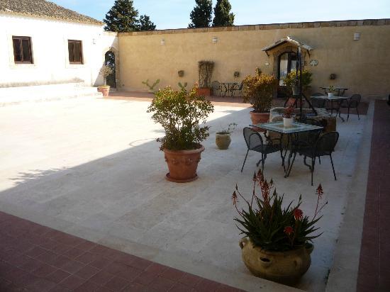 Hotel La Corte del Sole: Innenhof des Hotels mit Zugang zum Restaurant / Inside of hotel area with entrance to restaurant