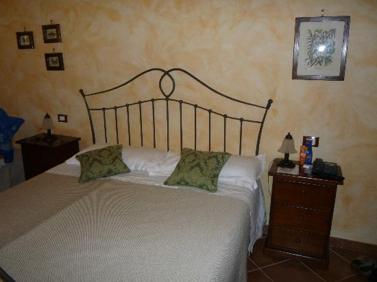 """Hotel La Corte del Sole: Unser Doppelbett im Zimmer Ustica im EG / Our double bed in the room """"Ustica"""" in the ground floo"""