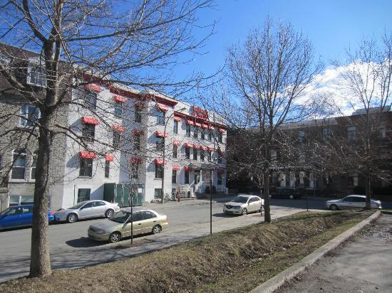 HI Montreal Hostel: hostel exterior