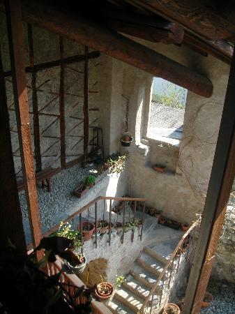 Bed Zanaglio: La scala che porta al cortile