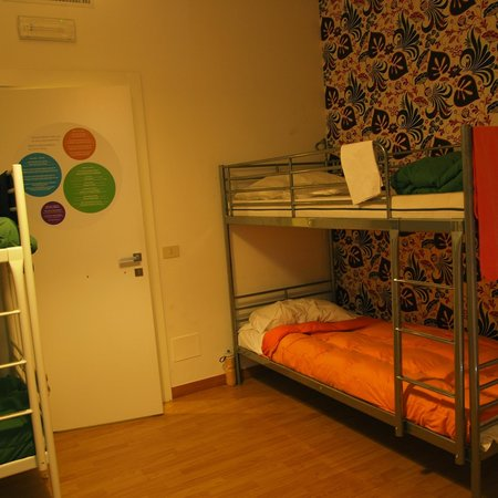 La Controra Hostel Rome: Family room and door lidding to the private bathroom
