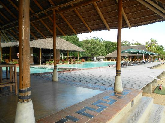 The Makokola Retreat: Bar and pool
