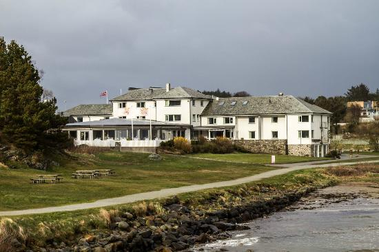 Viste Strandhotell: The hotel seen from the beach