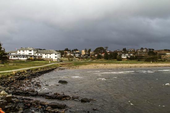 Viste Strandhotell: Hotel seen from the beach