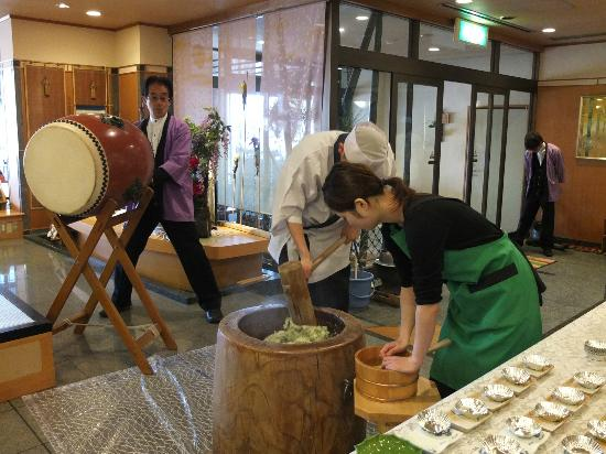 Taketoritei Maruyama: mochi making in the morning