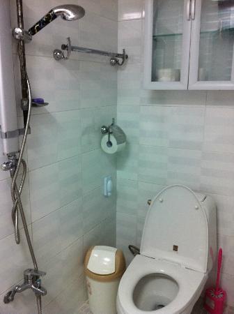 Backpackers Inside: toilet