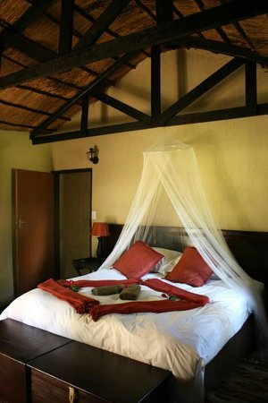 ‪‪Umkumbe Safari Lodge‬: Bed in Room 5‬