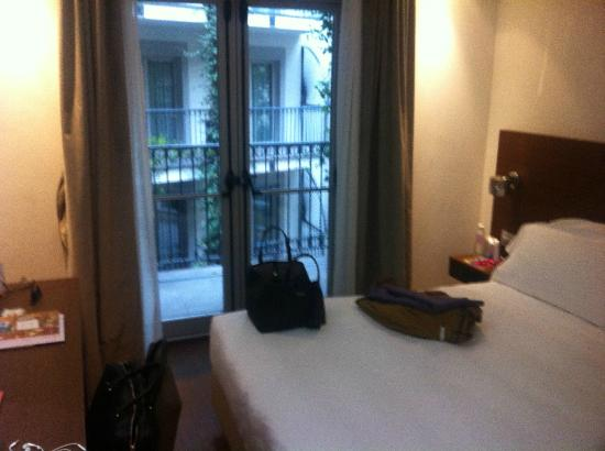 Hotel Milano Scala: Porte fenêtre & issue de secours donnant sur coursive couloir
