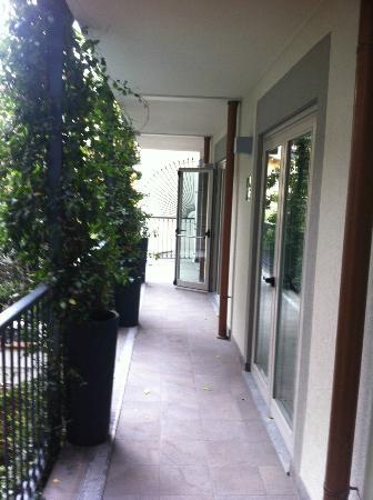 Hotel Milano Scala: La porte fenêtre donnant sur le balcon commun issue de secours