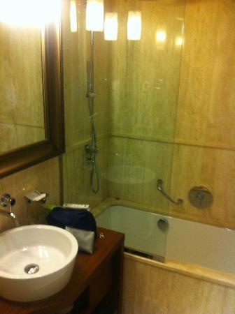 Hotel Milano Scala: Petite salle de bains et sanitaire