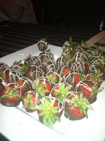Airfield Estates Winery: chocolate covered strawberries with wine