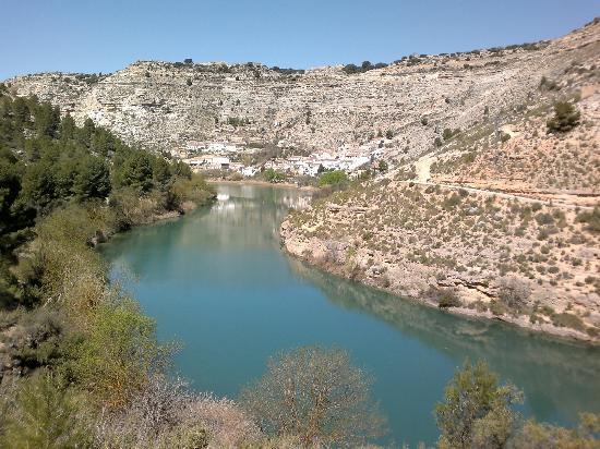 Alcalá del Júcar, España: al fondo Tolosa,donde esta el Hostal Avenjucar
