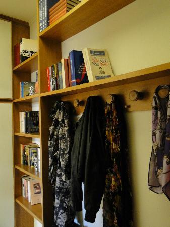 Houspitality Caesar B&B : books in the room