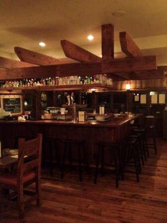 North Country Grill and Pub: Bar with a cool copper top