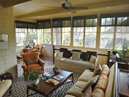 Stonehurst Place: Upstairs sunroom with coffee/tea/games/books/movies