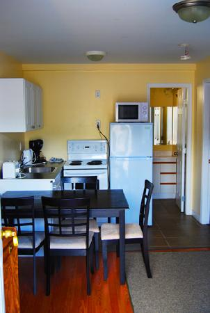 Black Sea Motel & Restaurant: Kitchen and living space in our 2-bedroom kitchenette