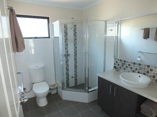 BIG4 Beachlands Holiday Park: en-suite shower room