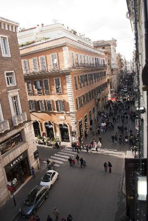 Hotel Del Corso: Vista desde la habitacion Via del Corso hacia Popolo