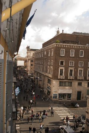 Hotel Del Corso: Vista desde la habitacion Via del Corso hacia Victorio Emanuelle