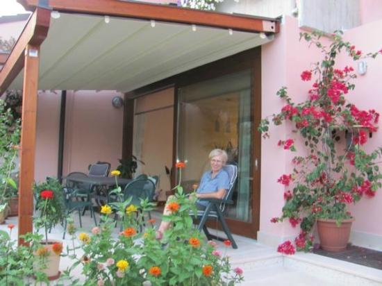 Parry Bed and Breakfast: The terrace in summer