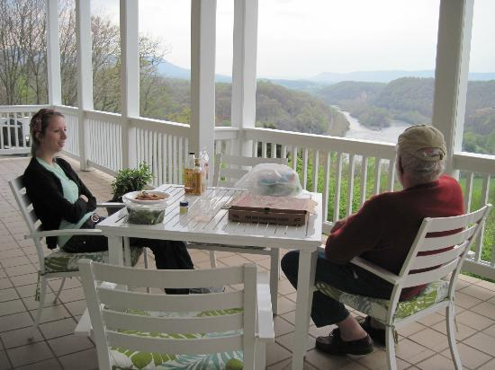 Inn at Riverbend: We bought local pizza & enjoyed supper on the porch