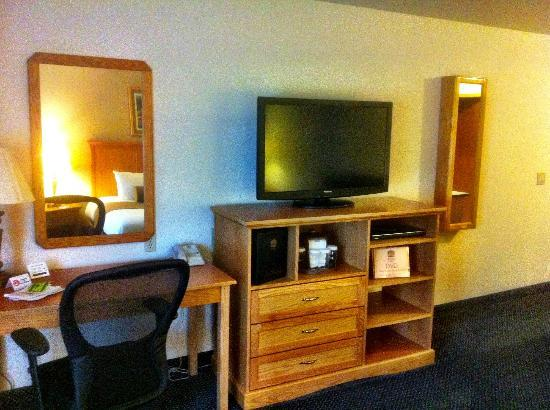 Best Western Plus Mill Creek Inn : Desk & TV/DVD