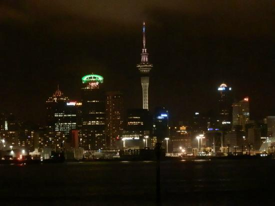 Admirals Landing Bed & Breakfast: Auckland at night from Devonport