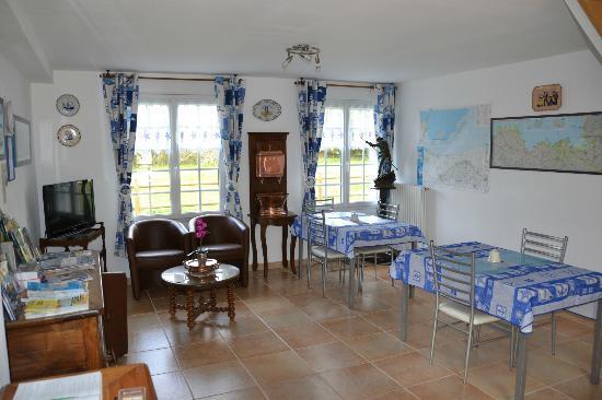 Chambres d'Hotes Le Petit Chatelet : Vue des tables pour le petit déjeuner
