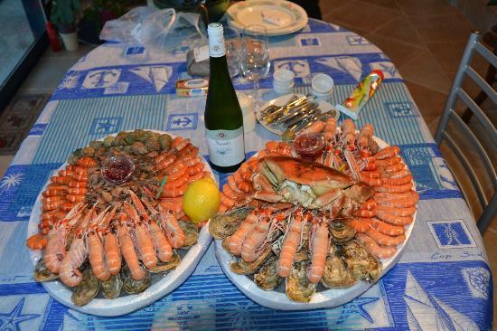 Chambres d'Hotes Le Petit Chatelet : Deux plateaux de fruits de mer dégustés sur place