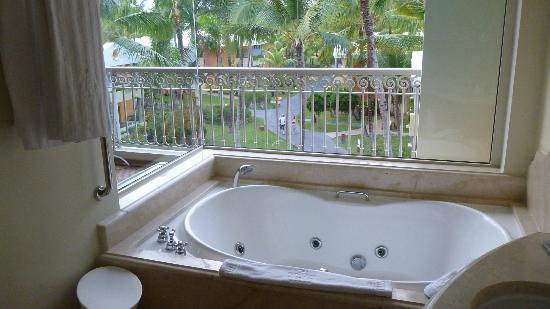 Iberostar Grand Hotel Bavaro: Jacuzzi in our bathroom