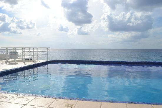 Miramar Condominiums Cozumel: The pool is right outside the door!