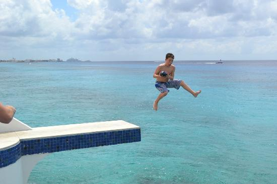 ‪‪Miramar Condominiums Cozumel‬: Jumping off the pool platform into the ocean‬
