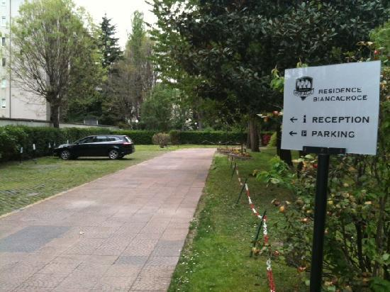 Residence Biancacroce: Parking Lot