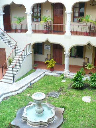 Hotel Montejo: Escaleras para acceder al primer piso, ventanas grandes. Todo limpio y bonito a la vista :D