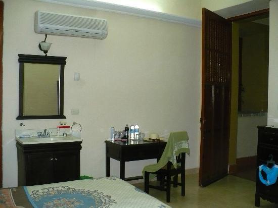 Hotel Montejo: Aire acondicionado, lavavo dentro de la recamara, escritorio, cómoda, TV con cable y ropero c/ga