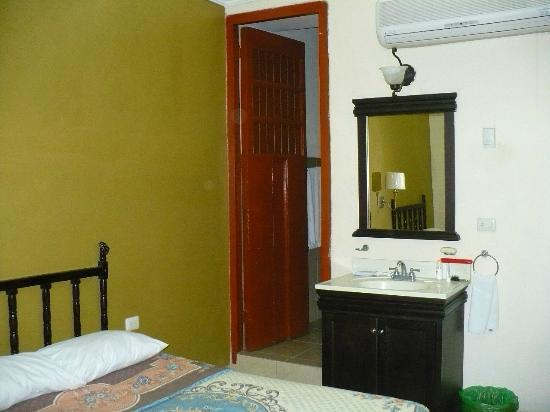 Hotel Montejo: Baño amplio, limpio. Toallas grandes, limpias. Jabón de baño y papel higienico nuevo diariamente
