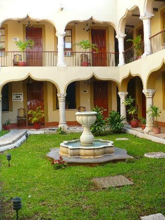 Hotel Montejo: Hermoso jardín, una pequeña fuente, maceteros, lindos colores :D